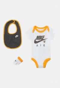 Nike Sportswear - SET UNISEX - Camiseta estampada - white - 0