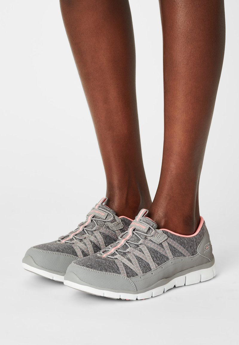 Skechers Wide Fit - Zapatillas - gray/coral