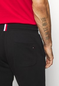 Tommy Hilfiger - Jogginghose - black - 5