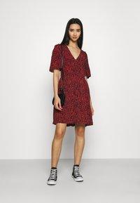 Scotch & Soda - PRINTED DRESS WITH FITTED WAIST - Denní šaty - combo - 1