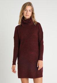 ONLY - ONLJANA COWLNECK DRESS  - Pletené šaty - chocolate truffle - 0