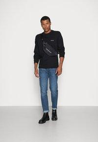 Calvin Klein - LOGO EMBROIDERY - Collegepaita - black - 1
