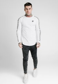 SIKSILK - LONG SLEEVE FOLLOW THE MOVEMENT TEE - T-shirt à manches longues - white - 1