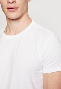 Levi's® - SOLID CREW 2 PACK - Undershirt - white - 4