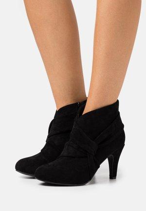 WIDE FIT WINDING - Korte laarzen - black