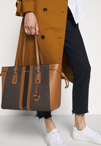 MICHAEL Michael Kors - VOYAGER SEMI LUX  - Handbag - brown/acorn - 1