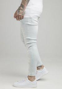 SIKSILK - BLEACH SPLAT RIPPED KNEE - Jeans Skinny Fit - ultra light wash - 4