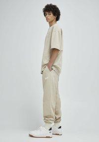 PULL&BEAR - Pantalon de survêtement - beige - 3