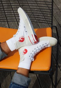 Converse - CHUCK TAYLOR ALL STAR 70 UNISEX - High-top trainers - white/egret/university red - 2