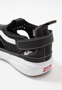 Vans - ULTRARANGE GLIDE - Trainers - black/true white - 6