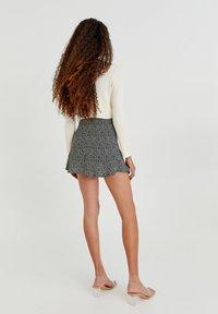 PULL&BEAR - MIT BLUMENPRINT - Áčková sukně - mottled black - 2