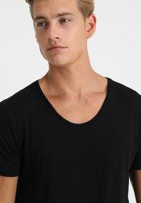 TOM TAILOR DENIM - V-NECK TEE - Basic T-shirt - black - 4