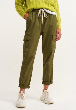 MIT BINDEDETAIL - Cargo trousers - antik naja