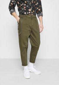 Redefined Rebel - LEE CROPPED PANTS - Pantaloni - dark olive - 0