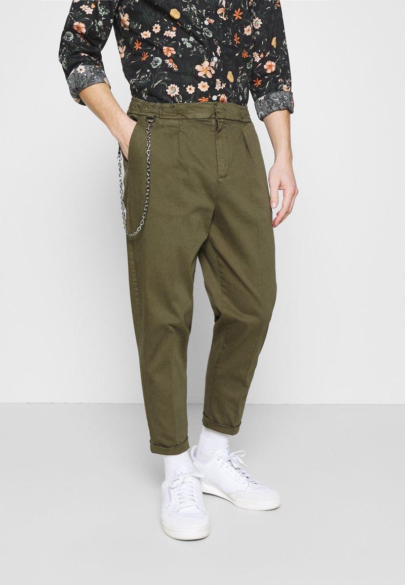 Redefined Rebel - LEE CROPPED PANTS - Pantaloni - dark olive