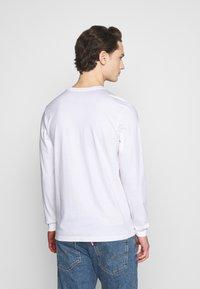 Jordan - CREW - Maglietta a manica lunga - white/hot punch/barely volt - 2