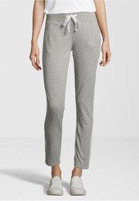 Juvia - Pantaloni sportivi - light grey - 0