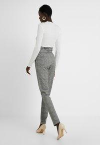 Vero Moda Tall - VMEVA LOOSE PAPERBAG CHECK PANT - Pantalon classique - grey/white - 2