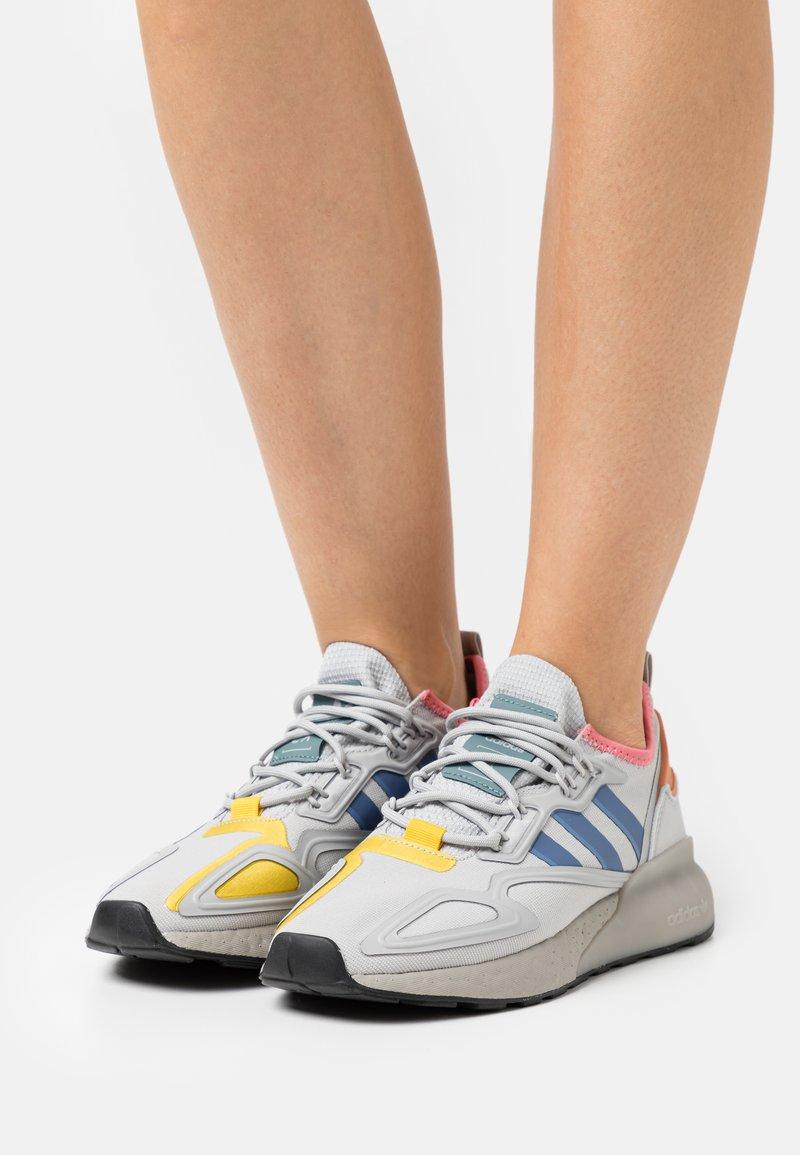 adidas Originals - ZX 2K BOOST  - Zapatillas - grey two/crest blue/hazel rose