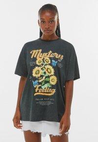 Bershka - MIT PRINT  - Print T-shirt - dark grey - 0