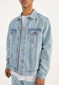 Bershka - JEANSJACKE IM REGULAR-FIT 01273503 - Kurtka jeansowa - blue - 3