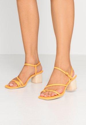 ZYDA - Sandály s odděleným palcem - tangerine