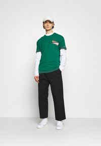 Tommy Jeans - BACK GRAPHIC TEE UNISEX - Print T-shirt - rural green - 1
