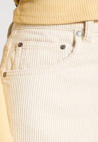 Gina Tricot - 90S TROUSERS - Pantalon classique - almond milk - 4
