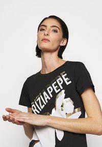 Patrizia Pepe - LOGO SHIRT - Print T-shirt - nero - 3