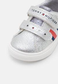 Tommy Hilfiger - Sneakersy niskie - silver - 5