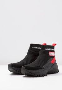 Calvin Klein Jeans - TYSHA - Sneakersy wysokie - black/tomato - 4