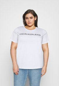 Calvin Klein Jeans Plus - CORE INSTITUTIONAL TEE - T-shirt con stampa - bright white - 0