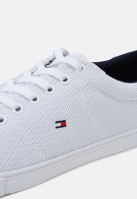 Tommy Hilfiger - ESSENTIAL VULC - Sneakers basse - white/yale navy - 6