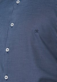 Calvin Klein Tailored - STRUCTURE EASY CARE SLIM SHIRT - Formal shirt - blue - 4