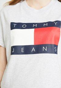 Tommy Jeans - FLAG TEE - T-shirt imprimé - pale grey - 4