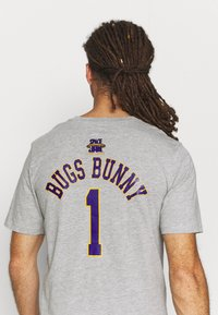Outerstuff - NBA BUGS BUNNY SPACE JAM 2 TUNE SQUAD NAME & NUMBER TEE - Club wear - grey - 3
