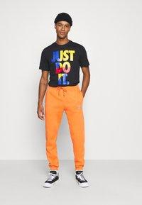 Nike Sportswear - PANT - Pantalon de survêtement - electro orange/(reflective) - 1
