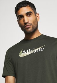 Nike Performance - DRY TEE  ATHLETE CAMO - Camiseta estampada - sequoia - 4