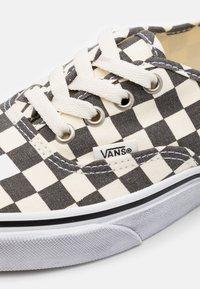 Vans - AUTHENTIC - Tenisky - asphalt/true white - 5
