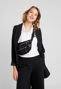 Urban Classics - SHOULDER BAG - Ledvinka - black - 5