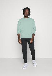 adidas Originals - CREW UNISEX - Sweatshirt - hazy green - 1