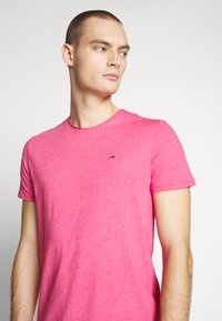 Tommy Jeans - ESSENTIAL JASPE TEE - Basic T-shirt - bright cerise pink - 4