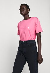 BLANCHE - MAIN HOLOGRAM - T-shirt imprimé - think pink - 4