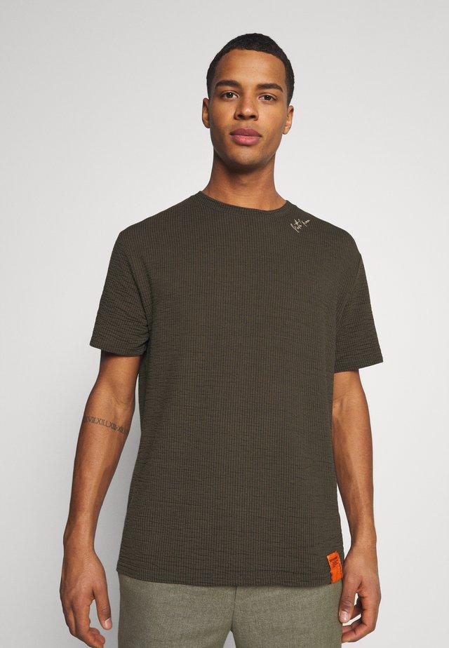 SHOULDER SIGNATURE TEE - T-shirt basique - kaki