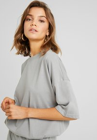 Missguided - TEE AND JOGGER SET - Tracksuit bottoms - grey - 3