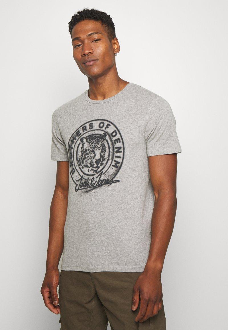 Jack & Jones - JORSOLEX CREW NECK - T-shirt print - light grey
