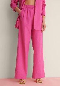 NA-KD - SUIT PANTS - Broek - pink - 1