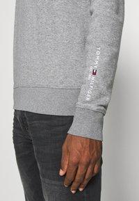 Tommy Hilfiger - TOMMY SLEEVE LOGO SWEATSHIRT - Sweatshirt - grey - 5