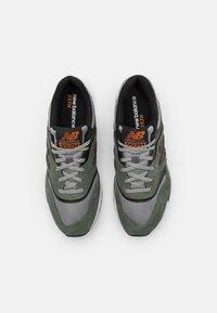 New Balance - 997 UNISEX - Zapatillas - olive/white - 3