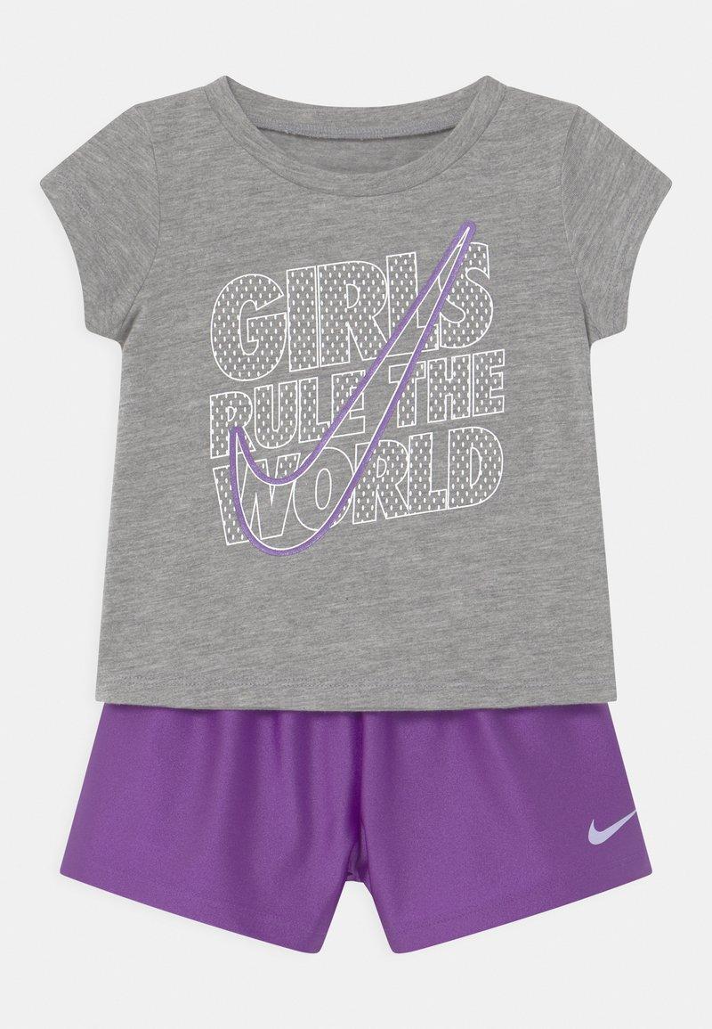 Nike Sportswear - PRACTICE PERFECT SET - Print T-shirt - wildberry